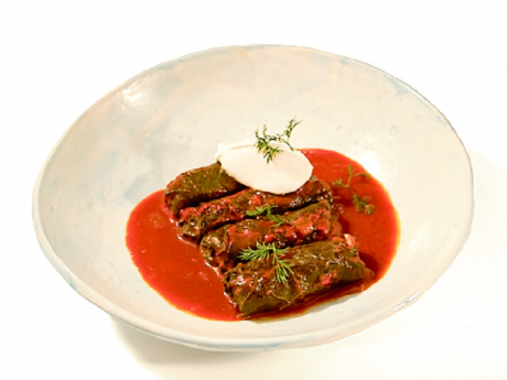 Sarmale în foi de viță cu vită în sos gulaș